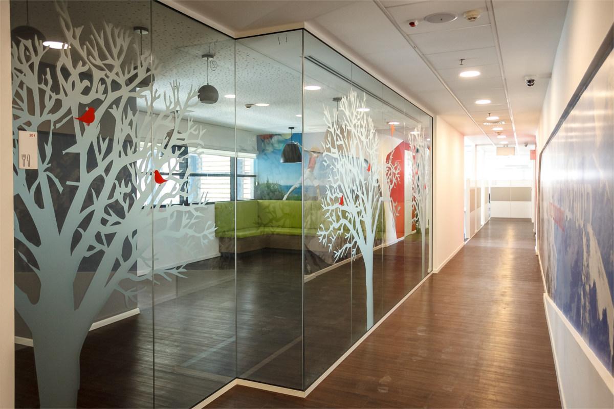 פרויקט חיפוי זכוכית ומיתוג קירות בהכשרה ביטוח